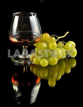 Стакан бренди и винограда