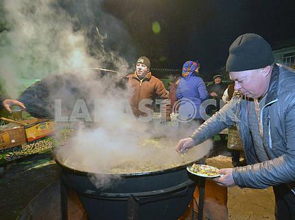 Мужчина готовит еду