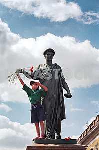 Мальчик возле памятника Дюку в Одессе