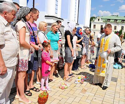 Священнослужитель освящает корзины с фруктами