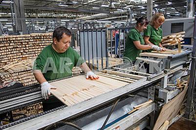 Рабочие в деревообрабатывающем цеху