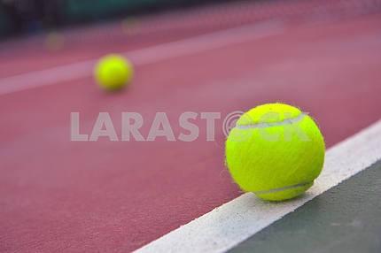 Мячи теннисные выстрелил на открытом теннисном корте