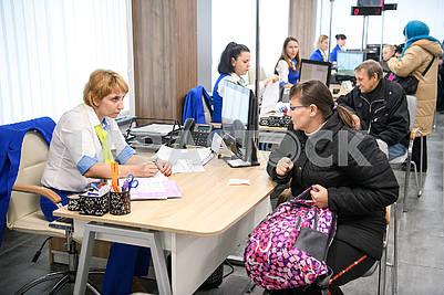 Сотрудники Центра социальных служб в общается с посетителем
