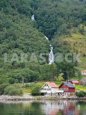 Залив Согнефьорд и водопад