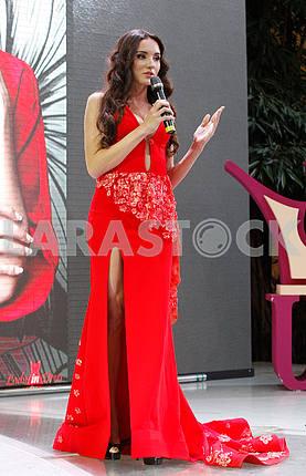 Виктория Киосе в красном платье в рост