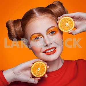 Молодые красивые моды модель с оранжевым цветом. студия выстрел.