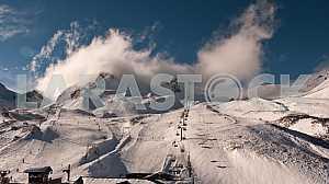 Облака надвигаются на лыжный спуск