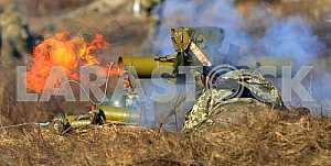 Военнослужащий стреляет из гранатомета