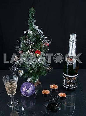 Елка, шампанское, бокал и свечи
