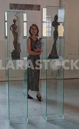 """Девушка рассматривает скульптуры в """"Мистецьком арсенале"""""""