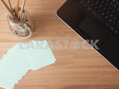 Настольный ноутбук и блокнот