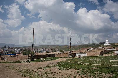 Площадь холма в храме Миларепы с флагфоном