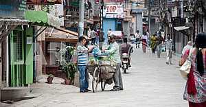 Улица с двумя велосипедистами.