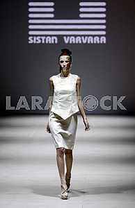 Модель идет во время демонстрации наряда украинского дизайнера Систан Варвара
