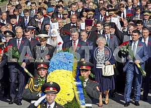Петр Порошенко возложил цветы к могиле Неизвестного Солдата
