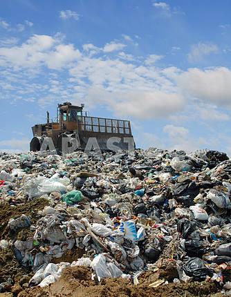 Бульдозер на мусорной свалке