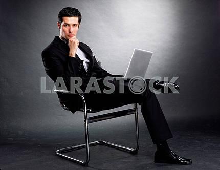 Молодой деловой человек с ноутбуком