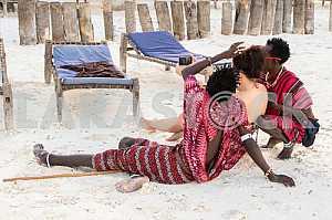 Занзибар, люди сидя на песке фотографируются