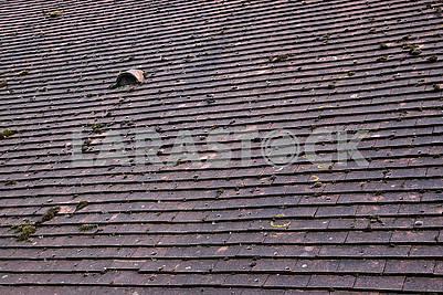 Черепичная крыша с небольшим окном