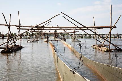 Сооружения для промышленной ловли рыбы рыбацкой артели на озере Тонлесап в Камбодже.