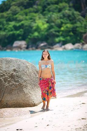 Красивая молодая девушка на пляже