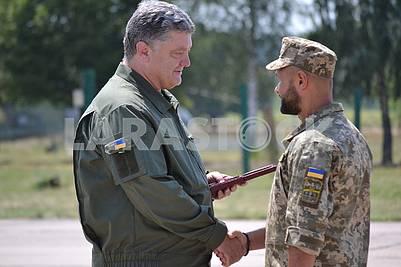 Петро Порошенко вручает орден одному из военнослужащих в День Воздушных Сил Украины 5 августа 2017 года