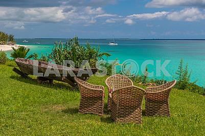 Плетенные кресла возле гостиницы