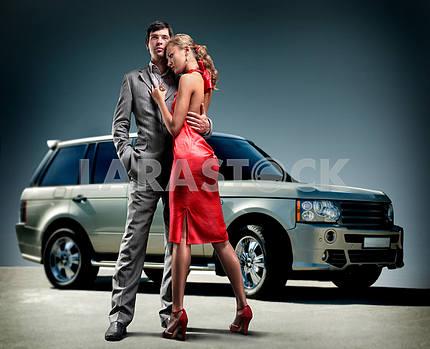 Молодая красивая пара фон автомобиль