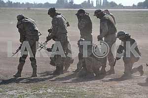 Спецназ отрабатывает десантирование
