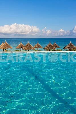 Соломенные пляжные зонты