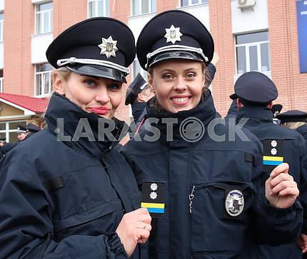 Девушки полицейские демонстрируют погоны лейтенанта
