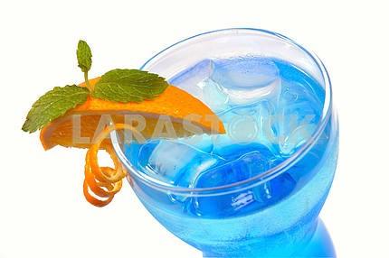 Синий коктейль с лимоном и льдом