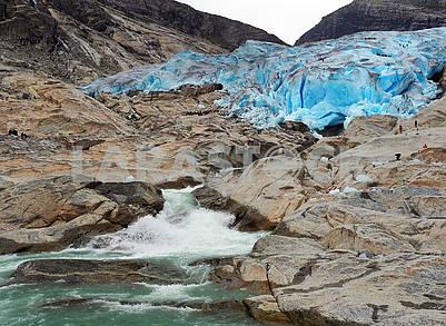 Туристы на леднике Нигардсбрин