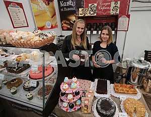 Девушки продают сладости