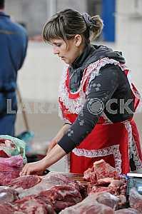 Женщина торгует мясом на рынке 6 апреля 2012 года