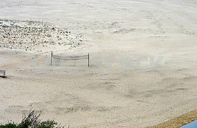 Волейбольна сітка на безлюдному пляжі Прайя де Одесейше