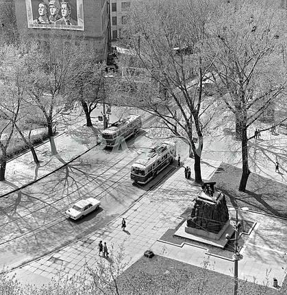 Арсенальная площадь и улица Январского восстания. Справа памятник арсенальцам 1983 год