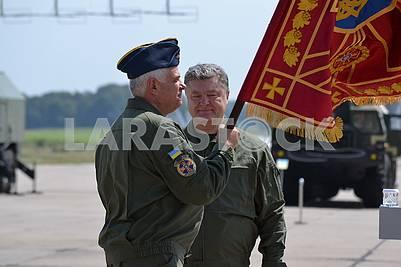 Петро Порошенко вручает боевое знамя Сергею Дроздову