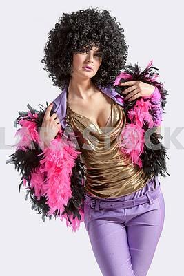 Портрет молодой жизнерадостной женщины в черный парик
