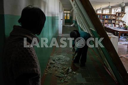Сотрудники библиотеки убирают мусор в Балаклее