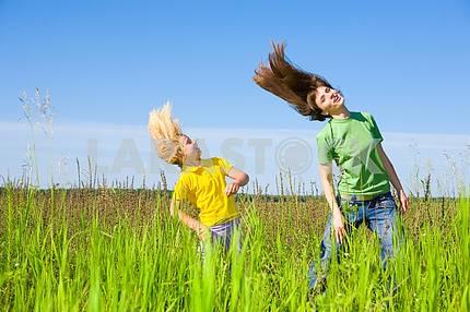 Счастливая мать и дочь принятия упражнения на поле .