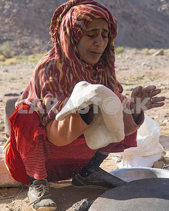 Бедуинка готовит лепешку