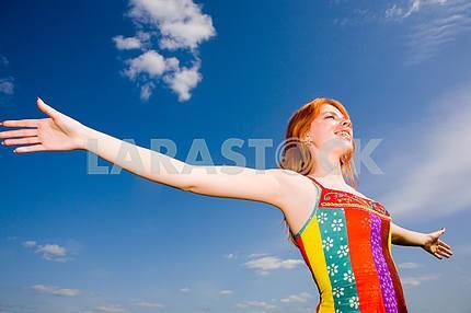 Счастливый девушка, наслаждаясь солнцем