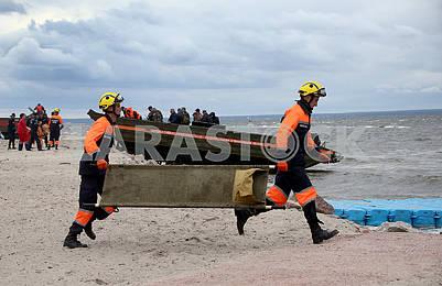 Спасатели с носилками
