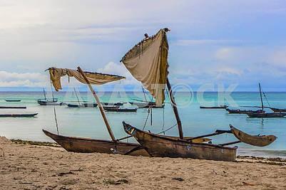 Рыбацкие лодки на песке