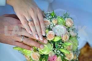 Свадебный букет с рук на нем, кольца