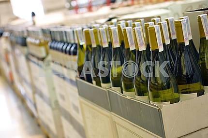 Красное и белое вино в бутылках