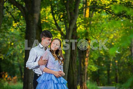 Пара любви, влюбленная, вместе в парке Форрест, девушка в красивом фиолетовом платье, солнечный вечер, лето, держа друг друга