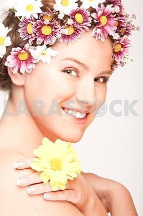 Портрет Красивая девушка с цветком. Фокус на глазах