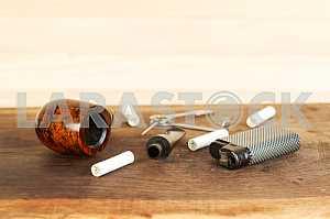 Курительная трубка на деревянном столе. Аромат. Копирование пространства